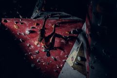 Femminile scalando sul min rampicante dell'interno della parete un'ombra Fotografie Stock