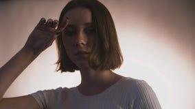 Femminilità nascosta del fronte nubile della giovane donna coperto da tenerezza e dalla sensibilità regolari di unhide di gesti d video d archivio