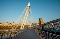 Femtioårsjubileum och Hungerford broar i London tidigt på morgonen, London Arkivbilder