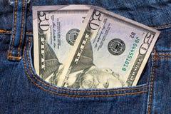 Femtio amerikanska dollar räkningar i fack av jeans Royaltyfria Bilder