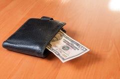 Femtio dollar av på träplankan med plånboken Fotografering för Bildbyråer