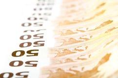 Femtio euroräkningar i rad arkivfoton