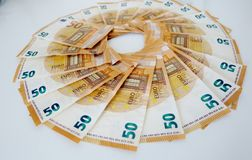 Femtio eurosedlar p? en vit bakgrundsn?rbild arkivbild
