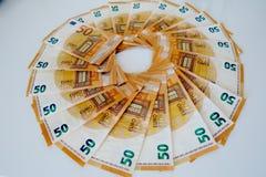 Femtio eurosedlar p? en vit bakgrundsn?rbild royaltyfri bild