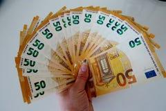 Femtio eurosedlar p? en vit bakgrundsn?rbild arkivbilder