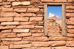 Fenêtre à la montagne de temple Images stock