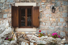 Fenêtre à volets en bois dans Petrovac Image libre de droits
