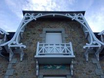 Fenêtre à volets en Bretagne Photo libre de droits