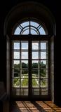 Fenêtre éclairée à contre-jour photos stock
