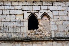 Fenêtre abandonnée et pierre à macadam Images libres de droits