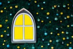 Fenêtre abstraite de couleur jaune sur un arbre de nouvelle année décoré des jouets et des boules Fond décoratif pour Noël Copysp images libres de droits