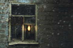 Fenêtre antique avec une lampe de kérosène Images stock