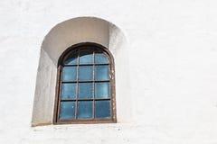 Fenêtre arquée par style espagnol de renaissance sur le mur blanc Photographie stock libre de droits