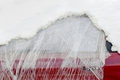 Fenêtre avant de la voiture abandonnée enveloppée en plastique et couverte de neige photo stock