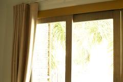 Fenêtre avec de beaux rideaux d'intérieur Image libre de droits