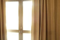 Fenêtre avec de beaux rideaux d'intérieur Images libres de droits