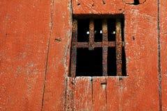 Fenêtre avec de vieilles barres de fer rouillées et cassées Image libre de droits