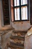 Fenêtre avec des étapes en San Xavier del Bac la mission catholique espagnole Tucson Arizona Image stock