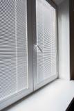 Fenêtre avec des abat-jour au bureau Photographie stock