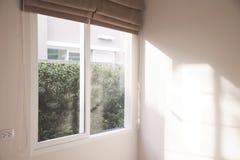 Fenêtre avec des abat-jour de petit pain Images libres de droits