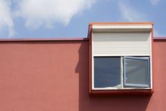 Fenêtre avec des abat-jour de sécurité Photographie stock libre de droits