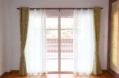 Fenêtre avec des abat-jour intérieurs Image stock