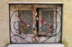 Fenêtre avec des décorations de Noël Images stock