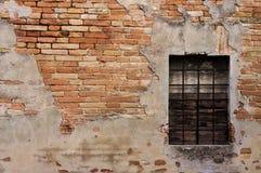 Fenêtre avec des grilles dans une vieille maison photos libres de droits