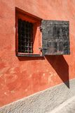 Fenêtre avec des grilles en métal photos libres de droits