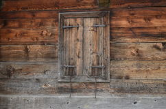 Fenêtre avec des volets Photos stock