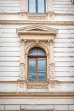 Fenêtre avec la belle modélisation et les colonnes d'architecture photo libre de droits