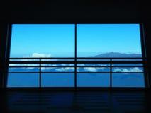 Fenêtre avec la vue vers les montagnes image libre de droits