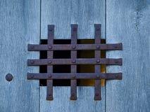 Fenêtre avec le gril rouillé de fer Photo libre de droits