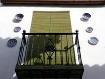Fenêtre avec le rideau en store et façade avec les décorations en céramique image stock