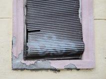 Fenêtre avec le store cassé Images libres de droits