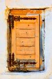 Fenêtre avec le vieux volet en bois fermé photos stock