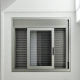 Fenêtre avec le volet de rouleau Photos stock