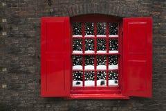 Fenêtre avec les abat-jour rouges Photographie stock libre de droits