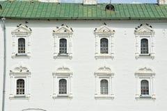 Fenêtre avec les pigeons sur la façade Image libre de droits