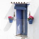 Fenêtre avec les volets bleus dans un blanc blanchis Photo stock