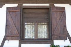 Fenêtre avec les volets en bois image stock