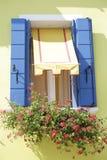 Fenêtre avec les volets en bois bleus Images libres de droits