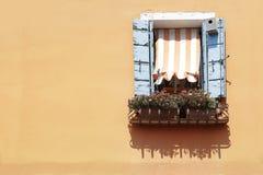 Fenêtre avec les volets en bois bleus Image libre de droits