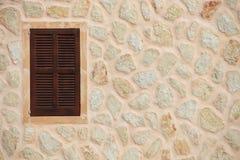 Fenêtre avec les volets en bois fermés Image libre de droits
