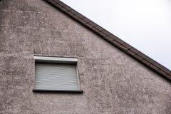 Fenêtre avec les volets fermés, abat-jour de sécurité photos libres de droits