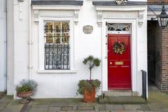 Fenêtre avec les volets rouges, décorés d'un dessin avec un cheval dans un style traditionnel de Noël au sujet de banque du sud à Images stock