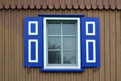 Fenêtre avec un abat-jour bleu du soleil Images stock