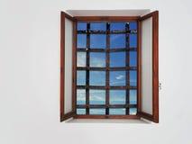Fenêtre barrée, aucune évasion Santé mentale ou concept captif de piège Vieilles barres mais mer et ciel de fers évidents photo libre de droits