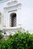 Fenêtre barrée - détail d'une vieille église blanche Photo stock