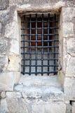 Fenêtre barrée dans le mur en pierre du château Santa Barbara, Alicante, Espagne Photos stock